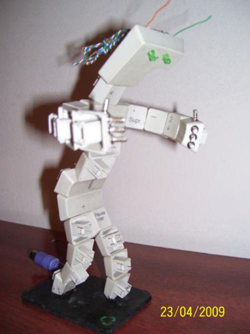 Robot hecho con teclado viejo