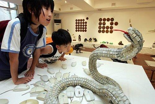 Serpiente hecha con teclado reciclado